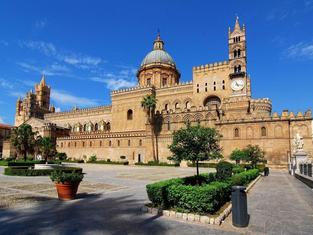 Die sizilianische Hafenstadt Palermo verbreitet süditalienischen Flair, der auch im Herbst fasziniert. Laue Nächte können Reisende hier auch außerhalb der Hochsaison genießen: Selbst im Winter rutschen die Temperaturen nicht unter 15 Grad.