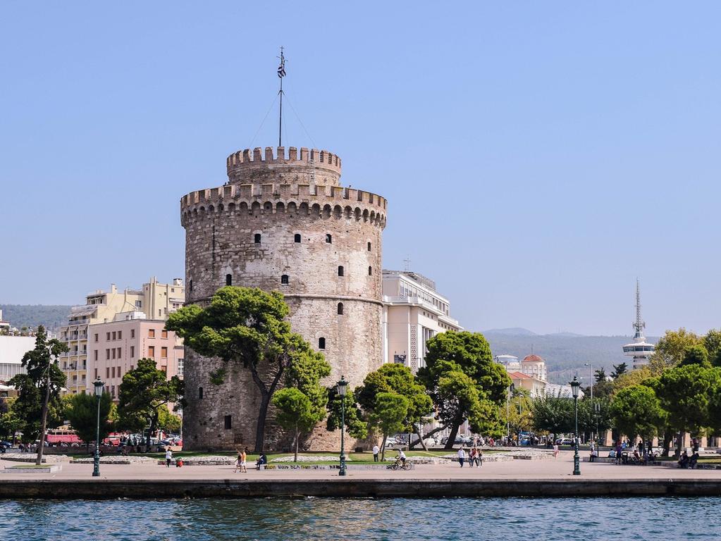 Nach Athen ist Thessaloniki die zweitgrößte Stadt Griechenlands. Als Urlaubsziel wird sie oft unterschätzt, doch zu unrecht. Zahlreiche Museen, Kirchen und architektionische Kunstwerke lassen keine Langeweile aufkommen.