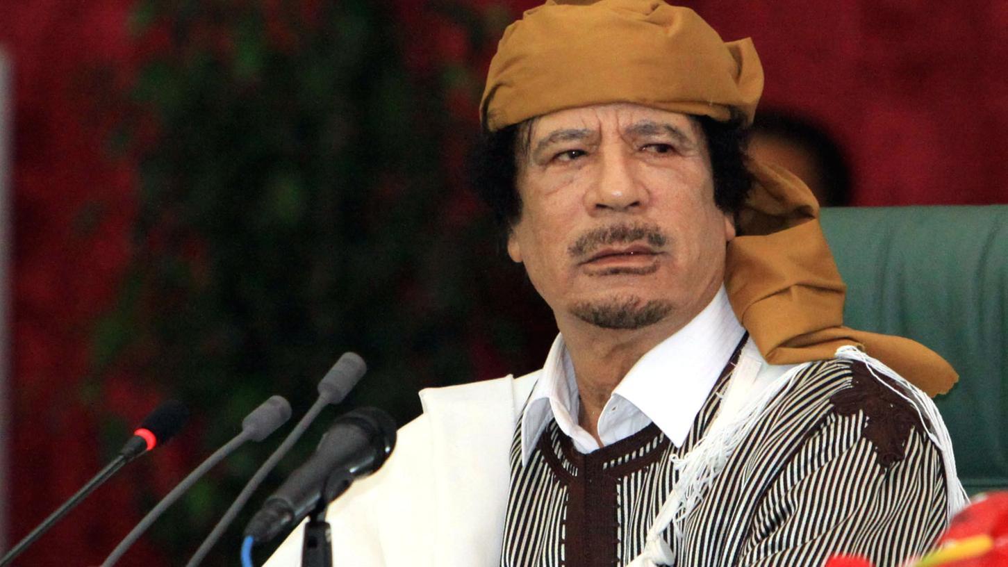 """Sucht Gaddafi, der noch am Sonntag auf dem Grünen Platz in Tripolis inmitten von Jublern und Schüssen den """"Sieg"""" feiern ließ, den Ausweg ins Exil? Gerüchte über ein angebliches Verhandlungsangebot an die Gegen-Regierung in Bengasi wurden vom Staatsfernsehen dementiert."""