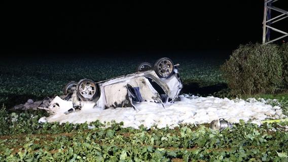 Auto geht nach Überholmanöver in Flammen auf