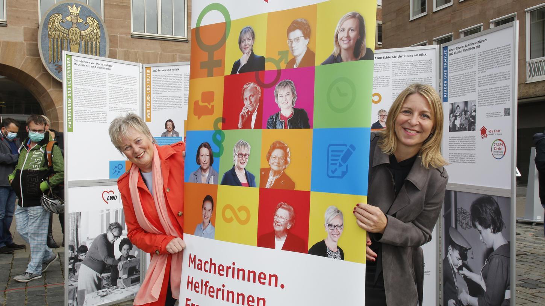 Isabel Krieger (rechts), die die Schau konzipiert hat, und Brigitte Protschka bei der Eröffnung auf dem Hauptmarkt. Aktuell ist die Ausstellung