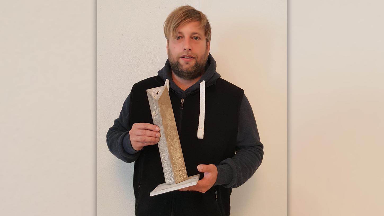 Steinmetz Bastian Brauwer präsentiert das Modell der Steinstele. Das 1,70 Meter große Original steht im Konzentrationslager Flossenbürg.