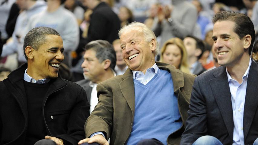 Die Republikaner versuchten während des Wahlkamps immer wieder, Biden über die Vita seines Sohnes stolpern zu lassen. Der heute 49 Jahre alte Jurist saß ab dem Frühjahr 2014 im Aufsichtsrat des wichtigen Gasförderers Burisma in der Ex-Sowjetrepublik - also unmittelbar nach dem gewaltsamen Machtwechsel in Kiew.Burisma gehört einem ukrainischen Oligarchen und hat seinen steuerlichen Sitz auf Zypern. Der Jurist Biden soll ein Gehalt von bis zu 50.000 Dollar pro Monat erhalten haben. Wenige Zeit später wurde gegen den Gaskonzern wegen angeblicher undurchsichtiger Geschäfte ermittelt. Der Fall wurde jedoch 2016 wieder geschlossen.