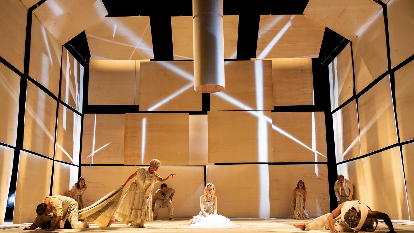 Andreas Kriegenburg entwarf für seine Inszenierung auch die Bühne mit Holzelementen.