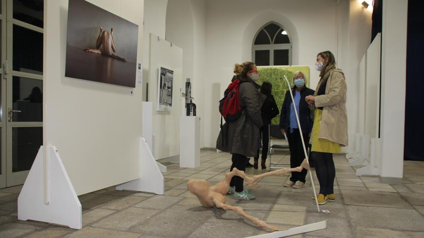 An Stellwänden und auf dem Boden - die Weißenburger Kunst-Schranne wird aktuell ihrem Namen und ihrem Ruf einmal mehr gerecht.
