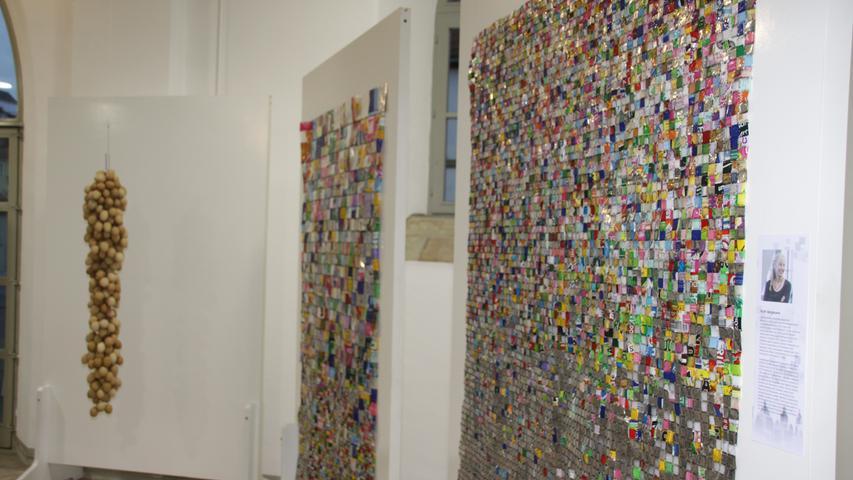 Ruth Bergmann hat für ihre Konsumkritik jede Menge Verpackungen zu farbenfrohen Bildern arrangiert.