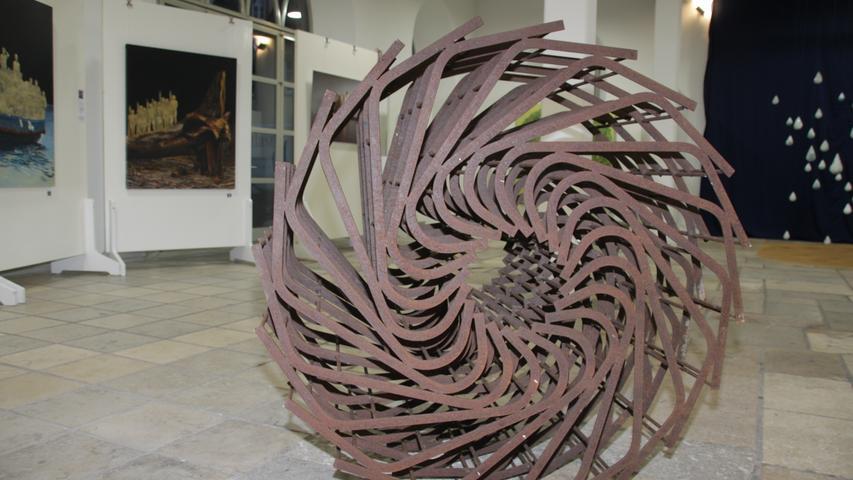 Ein Wasserrad, das kein Wasser befördern kann, weil die Schaufelblätter fehlen. Walter Zapfs Skulptur braucht Platz, um wirken zu können.