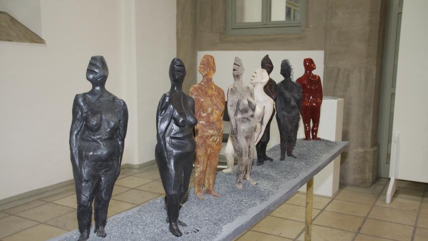 Die Frauen in ihren Rollen(bildern) hat Anita Magdalena Franz in dieser Skulptur in den Fokus gerückt. Und es blieb noch Platz für eine rote Figur, die aus der Reihe tanzt (so auch der Titel) ganz am hinteren Ende.