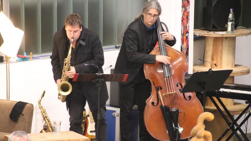 Wichtiger Teil der Performance ist die Musik von Harry Dösel und Winnie Neumann, die das Geschehen antreiben und kommentieren.