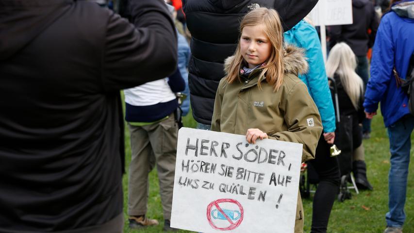 Nürnberg  , am 11.10.2020 Ressort: Lokales  Foto: Michael Matejka Am Westpark, Demo Demo gegen Coronaauflagen mit Querdenker-Gründer Ballweg. Serie:1 Bild von 41