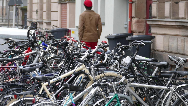 Fahrräder, hier am Zugang zum Fürther Hauptbahnhof in der Ludwigstraße, sollten gut gesichert abgestellt und, wo vorhanden, an einem unbeweglichen Gegenstand befestigt werden.