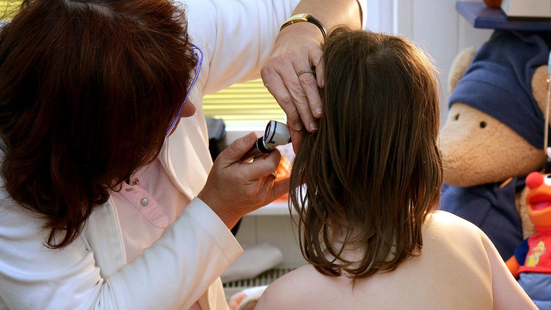 Eine BehandlungbeimArzt erst nach PCR-Test? Eine Mutter, die für ihr Kind einen Termin vereinbaren wollte, hat genau das erlebt (Das Symbolfoto hat nicht mit dem geschilderten Fall zu tun).