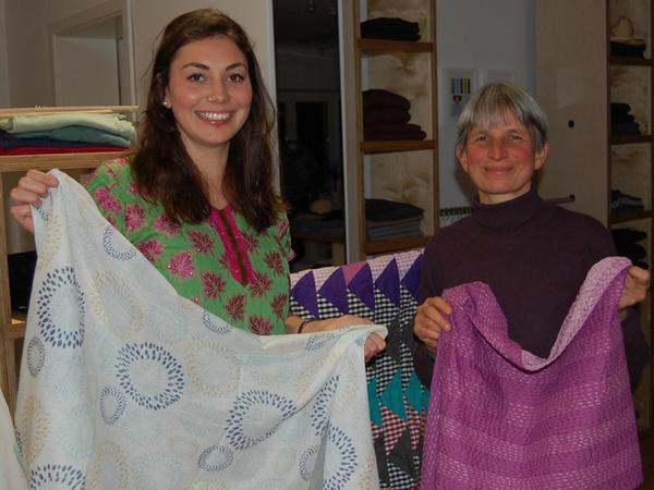 Azadi-Mode, ein Label des Fürther Farcap-Ladens, hinter dem Regina Vogt-Heeren (re.) mit zwei weiteren Geschäftspartnerinnen steht, wurde mit dem erstmals von den Fürther Lions verliehenen Nachhaltigkeitspreis gewürdigt.