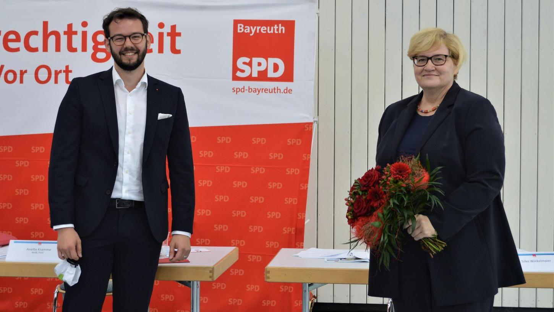Natürlich war der Blumenstrauß, den Versammlungsleiter Andreas Zippel Anette Kramme nach ihrer Nominierung als SPD-Bundestagskandidatin überreichte, ganz in Rot gehalten.
