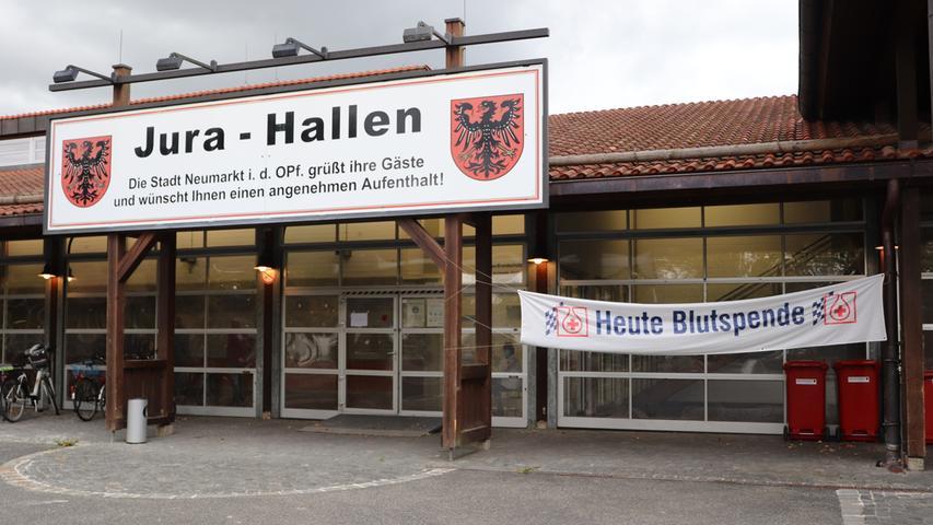 Foto: Lena Wölki Motiv: Blutspende; Blutspendetermin; kleine Jurahalle; Neumarkt; BRK;  Bayerisches Rotes Kreuz; BSD; Blutspendedienst; Nadel; Blut; Handschuhe;  Liegen; Arzt; Ärztin;