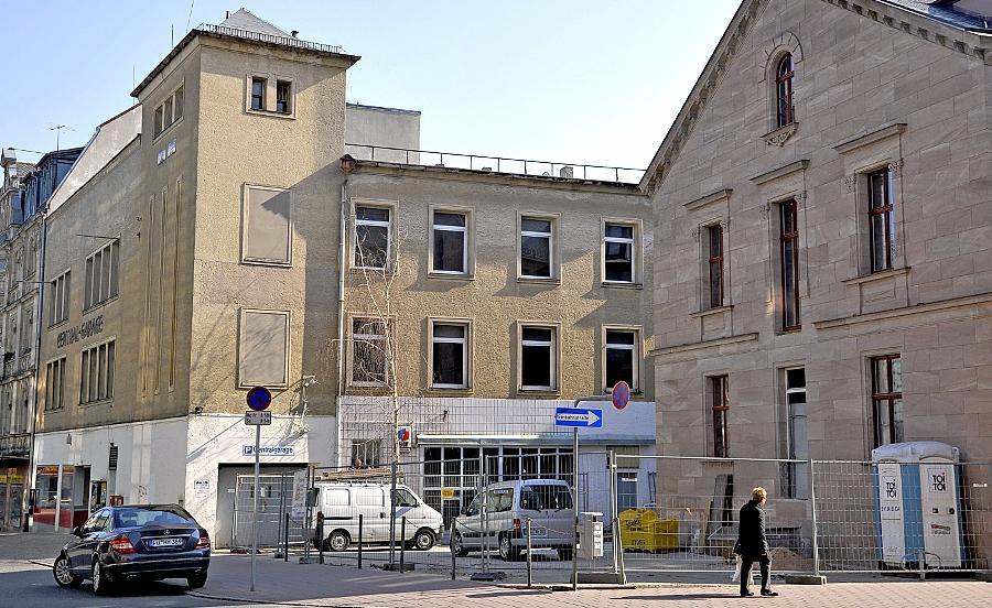 Im Spätsommer dieses Jahres soll der Umbau der Central-Garage (links) beginnen. Die Sanierung des schmucken Sandsteinbaus (rechts) läuft hingegen bereits auf Hochtouren.