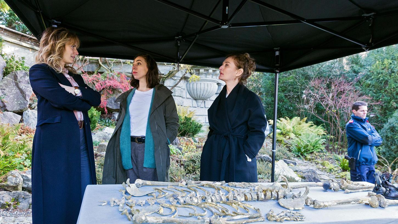 Die beiden Ermittlerinnen Isabelle Grandjean (Anna Pieri Zuercher) undTessa Ott (Carol Schuler) sowie Staatsanwältin Anita Wegenast (Rachel Braunschweig) mit einem Skelettfund.