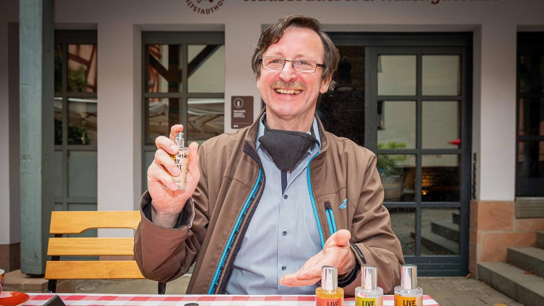 Reinhard Engel von der Hausbrauerei Altstadthof hat das Desinfektionsspray mit Genossfaktor in drei Geschmacksrichtungen entwickelt: Gin, Whisky und Hopfen.