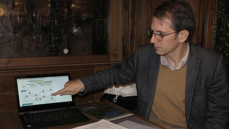 Kilian Welser, Mitglied im ÖDP-Kreisvorstand, erläuterte das Ergebnisse seiner Recherchen in Sachen Center Parcs.