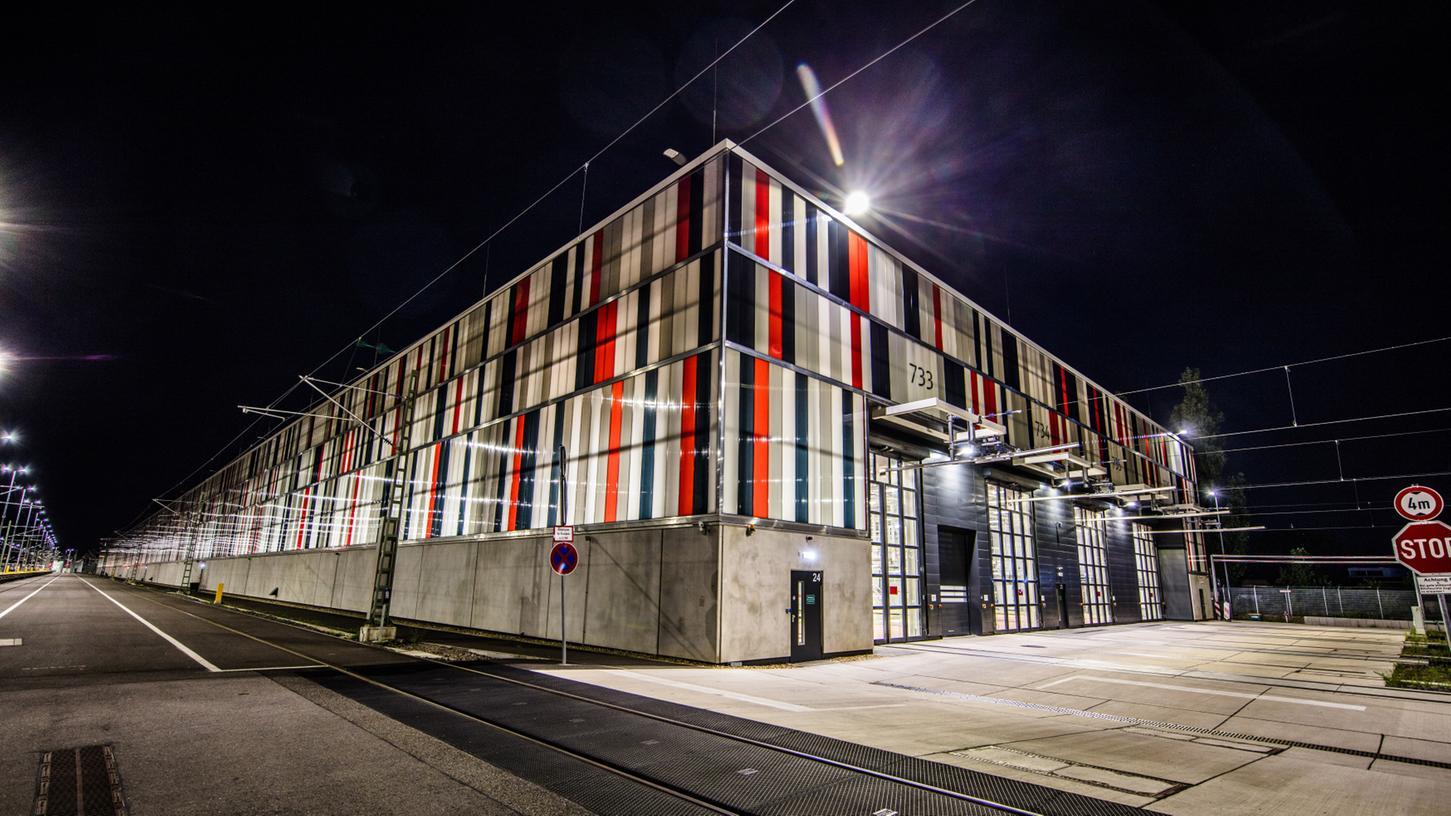 Das ICE-Instandhaltungswerk in Nürnberg soll rund um die Uhr arbeiten. Hier ist die bereits bestehende Wartungshalle in Köln-Nippes zu sehen.