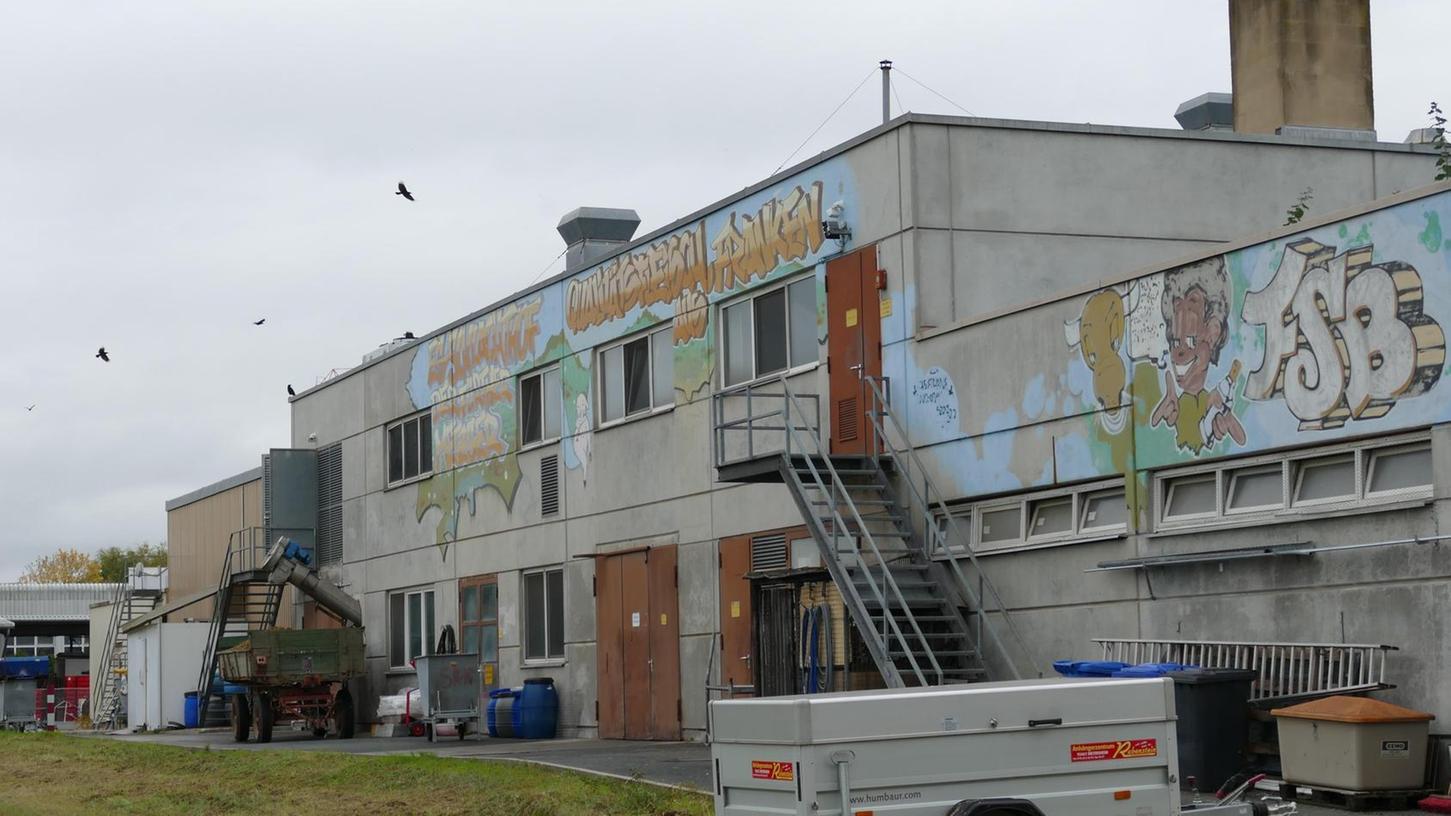 Das Schlachthofgebäude im Burgfarrnbacher Gewerbegebiet an der Siegelsdorfer Straße fällt wegen seiner markanten Graffiti-Verzierungen ins Auge. Demnächst soll der Komplex ausgeweitet und modernisiert werden.