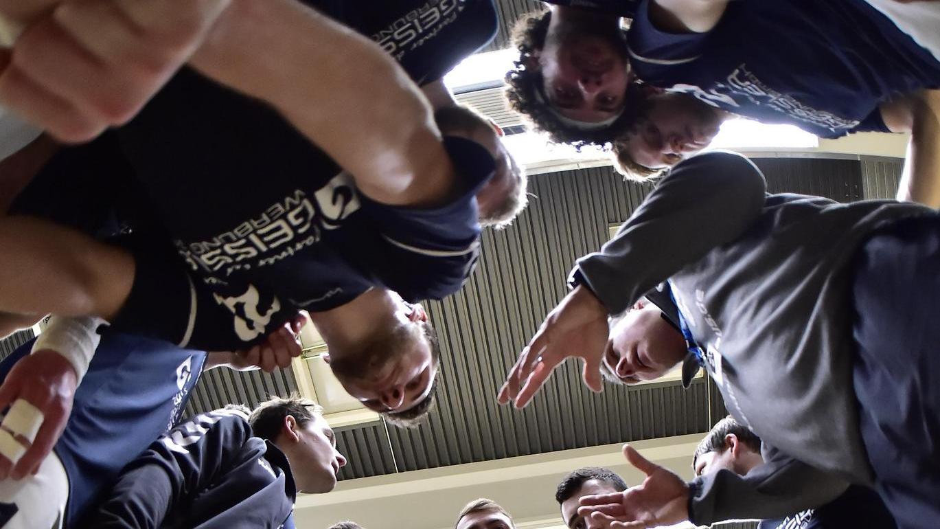 Schulter an Schulter in der Halle: Was vor Corona einfach möglich war, kann nun zur Gefahr werden. Die Roßtaler Handballer treten deshalb in dieser Saison nicht an.
