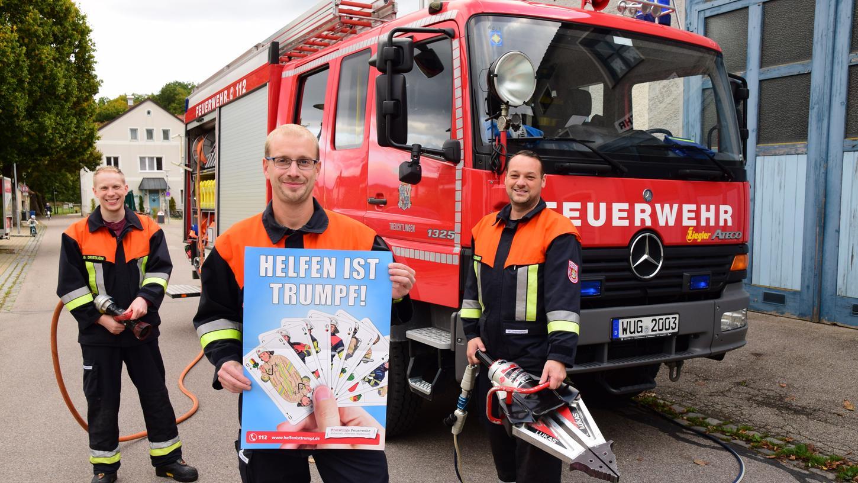 Treuchtlingens Feuerwehr-Kommandant Christoph Misoph (Mitte), sein Stellvertreter Hermann Schweier (rechts) und Pressesprecher Benjamin Drießlein (links) werben um neue Mitglieder – so gut das eben in Corona-Zeiten möglich ist.