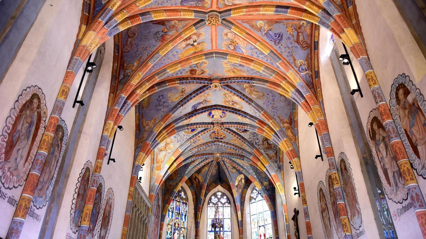 Die farbenfrohe Deckenbemalung im Mittelschiff der Stadtkirche kommt nach der professionellen Reinigung bestens zur Geltung.
