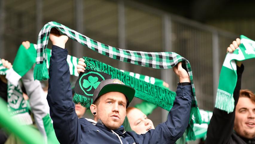 17.10.2020 --- Fussball --- Saison 2020 2021 --- 2. Fussball - Bundesliga --- 04. Spieltag: SpVgg Greuther Fürth ( Kleeblatt ) - Hamburger SV Hamburg HSV --- Foto: Sportfoto Zink/WoZi --- DFL regulations prohibit any use of photographs as image sequences and/or quasi-video - only for editorial use --- ....Kleeblattfans Fans Fanblock
