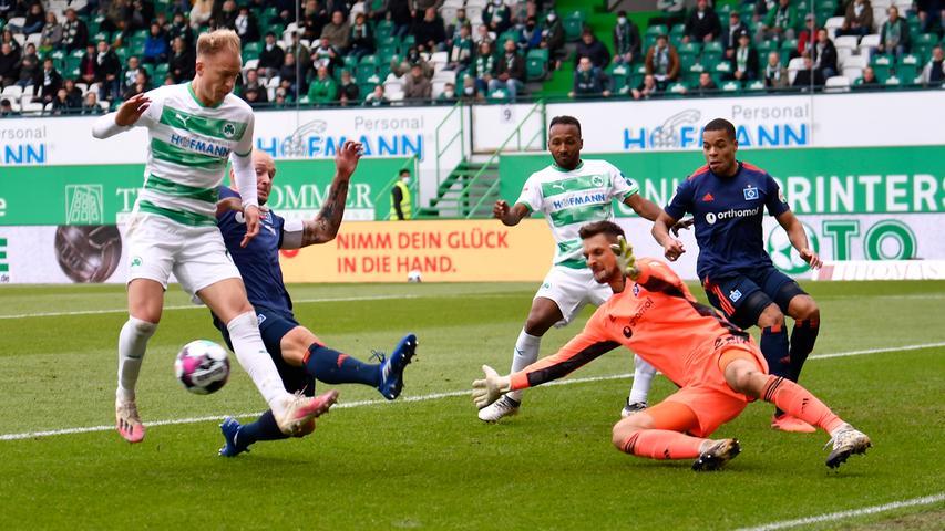 17.10.2020 --- Fussball --- Saison 2020 2021 --- 2. Fussball - Bundesliga --- 04. Spieltag: SpVgg Greuther Fürth ( Kleeblatt ) - Hamburger SV Hamburg HSV --- Foto: Sportfoto Zink/WoZi --- DFL regulations prohibit any use of photographs as image sequences and/or quasi-video - only for editorial use --- ....von links : Havard Nielsen (16, SpVgg Greuther Fürth ) Toni Leistner (37, Hamburger SV ) Sven Ulreich (26, Hamburger SV ) Julian Green (37, SpVgg Greuther Fürth ) Jan Gyamerah (2, Hamburger SV )