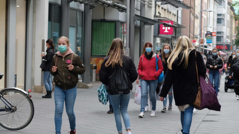 Obwohl die Corona-Ampel in Nürnberg wieder auf Gelb steht, gilt weiter Maskenpflicht in der Fußgängerzone und auf viel besuchten Plätzen.