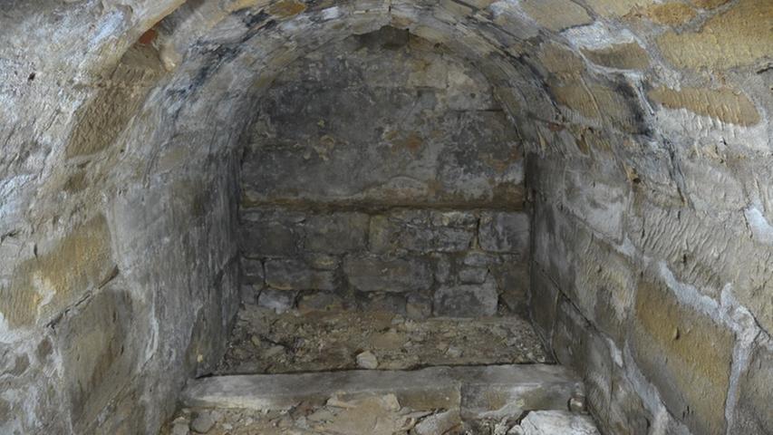 """Turek: """"Wir haben den Verdacht, dass es sich bei dem Gewölbe um ein klassisches Beinhaus handelt."""" Archäologe Scherbaum datiert den Bau des Beinhauses auf das Jahr 1490. Eine Inschrift im Gewölbe deute darauf hin."""