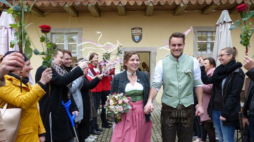 """Als sich Stefanie Grad aus Möning und Max Löw aus dem Allersberger Ortsteil Polsdorf vor sechs Jahren beim Freystädter Volksfest kennengelernt haben, wussten sie noch nicht, dass dieses Treffen der Auftakt für ein gemeinsames Leben sein wird. Aus Sympathie wurde Liebe, die beide nun mit dem Eheversprechen im Trauungslokal, dem Künstlertreff im Freystädter Spital, besiegelt haben. Freystadts dritter Bürgermeister Matthias Penkala, der die Brautleute getraut hat, hatte ebenfalls Premiere mit dieser ersten Trauung als Standesbeamter. Im Anschluss grüßten die Mädels der Tanzgruppe """"Happy Shakers"""", die Fußballer der DJK Göggelsbuch und zahlreiche Freunde des Paares mit einem Spalier, überreichten Blumen und Präsente zu den guten Wünschen. Die 29-jährige zahnmedizinische Fachangestellte und der gleichaltrige Maschinenbautechniker wohnen im Elternhaus der Braut und sind derzeit schwer beschäftigt mit dem Bau ihres neuen Hauses in Möning."""