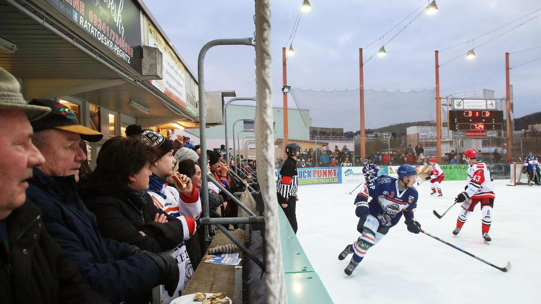 Bratwurst und Bier direkt an der Bande – das ist heuer im Pegnitzer Eisstadion nicht möglich. Aber immerhin dürfen jeweils 200 Zuschauer zu den Heimspielen der Ice Dogs kommen.