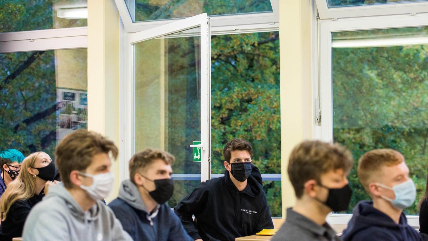 Stoßlüften in Klassenzimmern, alle 20 Minuten für fünf Minuten: So lautet die Empfehlung. Im Winter wird es kalt werden im Unterricht. Auch das kann krank machen, meint die ÖDP in Erlangen.