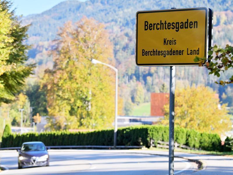 Leere Tische und Bänke stehen vor einem Lokal im Ortskern von Berchtesgaden.