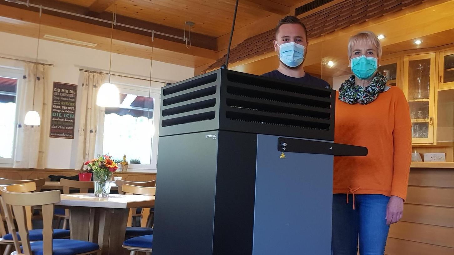 Christine und Maximilian Exner zeigen den Luftfilter in der Gaststätte Rundblick.