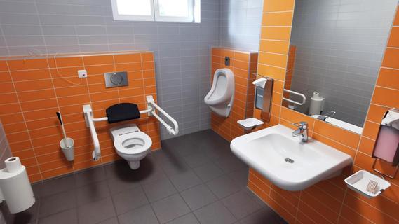 Deutlich komfortabler als in der Zelle nebenan: Aus einer der beiden bisherigen Hafträume der Polizeiinspektion wurde die neue Behindertentoilette.