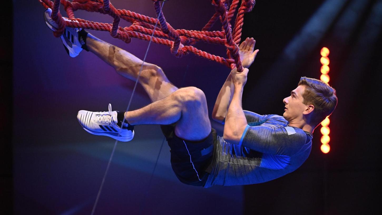 """Lukas Kohl macht nicht nur auf dem Kunstrad eine gute Figur. Dass Parcous à la """"Ninja Warrior"""" eine weitere Leidenschaft des 24-Jährigen sind, hat er lange für sich behalten. Jetzt ist er sogar in """"Deutschlands stärkster Show"""" (laut Eigenwerbung) zu sehen."""