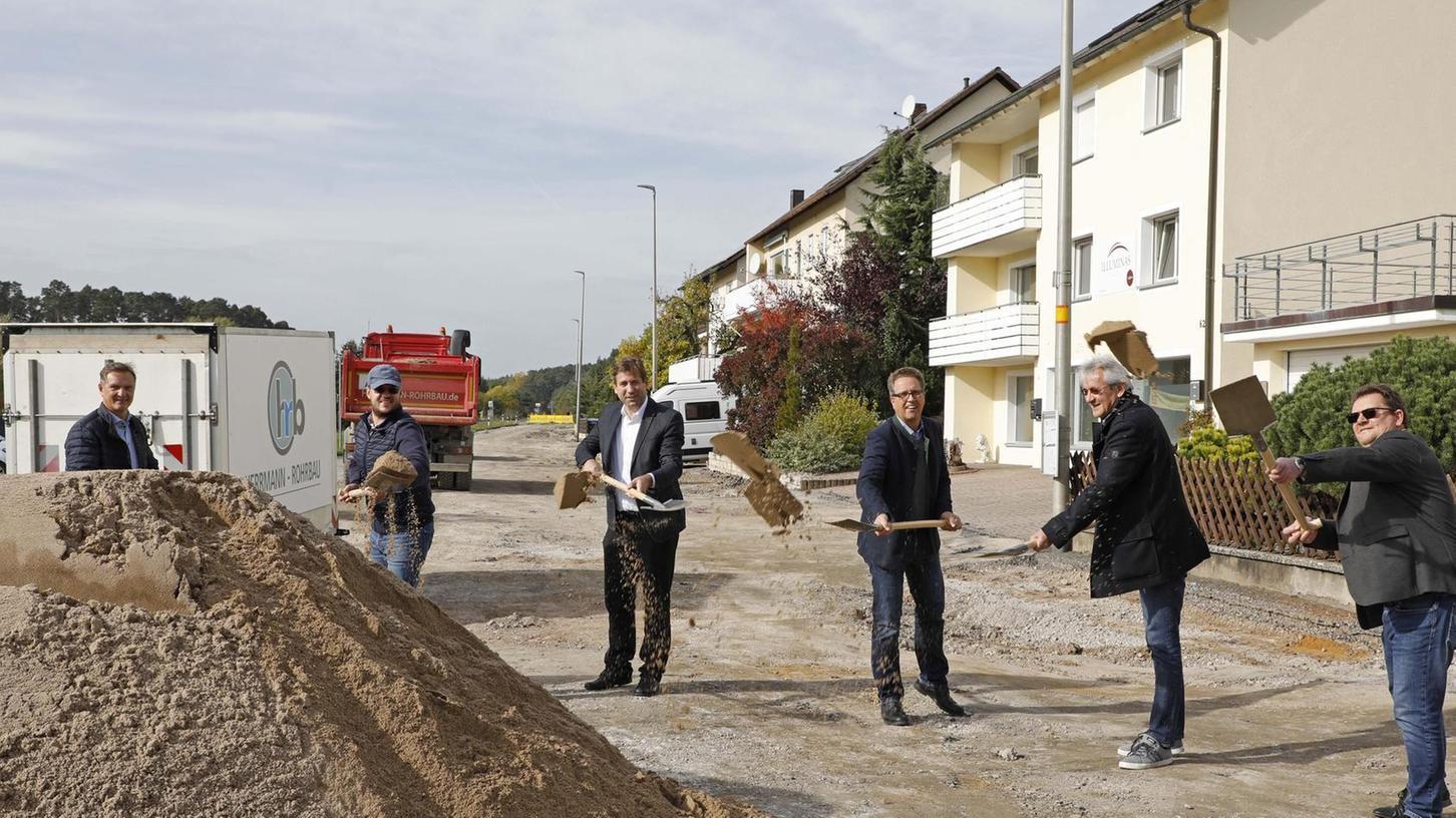 """Der erste Spatenstich ist gemacht: Bis 2023 wird die Heroldsbacher Ortsdurchfahrt umfassend saniert. Es handelt sich um """"eine der größten Maßnahmen im Landkreis"""", erklärte dazu Landrat Hermann Ulm."""