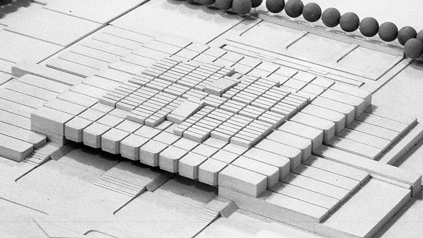 Der erste Schritt zur geplanten Gesamtschule Nürnberg-Langwasser ist getan.Diesem Modell wurde der 1. Preis zuerkannt. Den Vorzug vor den anderen Modellen bekam es auf Grund der kompakten Gebäudeformen. Aber hierbei soll die Turnhalle überbaut werden, und ob das wirklich die preisgünstigste Lösung ist, steht noch lange nicht fest. Deshalb wird man auch mit den anderen Modellen rechnen müssen, die in die engere Wahl genommen wurden. Hier geht es zum Artikel vom 1. November 1970:Architektenwettbewerb brachte viele Preisträger.