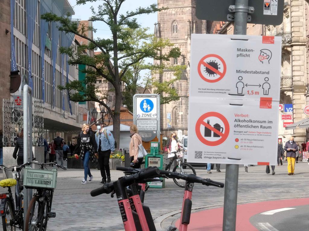 Nürnberg , am 21.10.2020 Ressort: Lokales  Foto: Roland Fengler Nürnber,  Corona-Warnschildern werden jetzt überall in der Stadt aufgestellt ,  Königstraße
