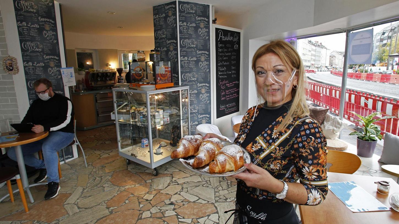 Maria Mortilla ist die neue Café-Betreiberin des sechseckigen Pavillons (ehemaliges Café/Bar Maximilian) am Guttenbergplatz in der Nähe der Allersberger Straße. Sie bietet Cornetti und Bruschette sowie italienische Aperitifs an. Die Sizilianerin bringt vieles aus ihrer Heimat auf den Tisch.