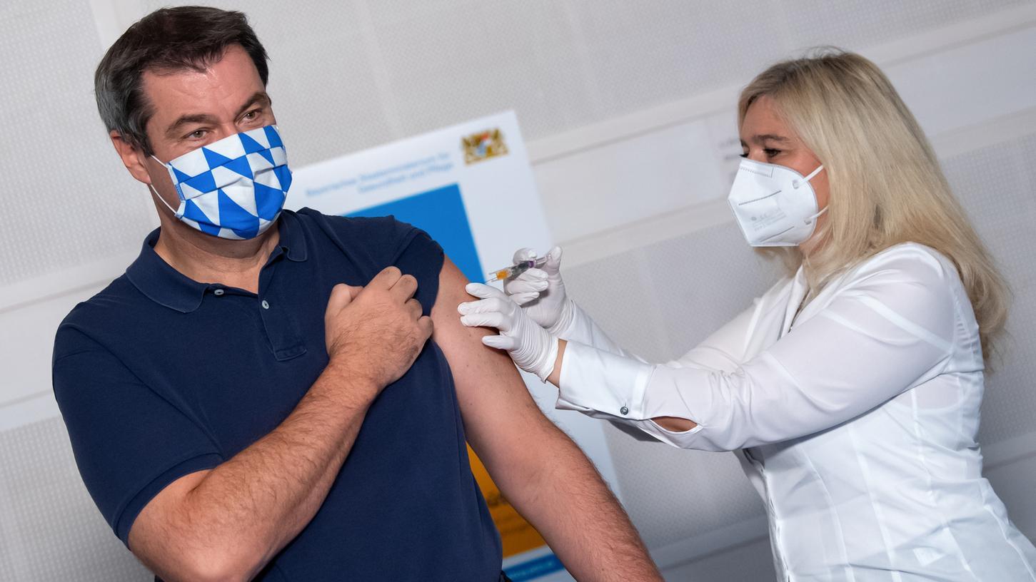 Markus Söder (CSU), Ministerpräsident von Bayern, lässt sich vor Beginn einer Kabinettssitzung von Melanie Huml (CSU), Gesundheitsministerin von Bayern, gegen die Grippe impfen.