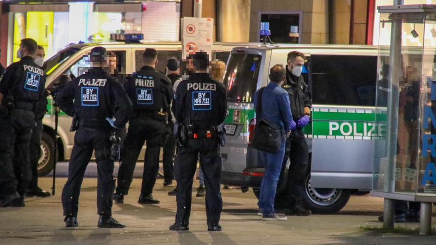 Menschenmasse läuft brüllend ohne Masken durch Nürnberg: Polizei rückt an