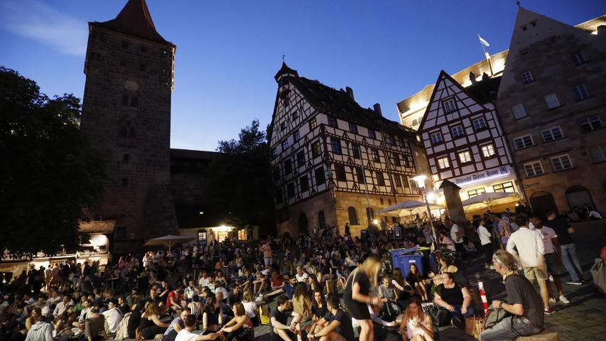 Das Feiern auf öffentlichen Plätzen ist unabhängig von der Personenanzahl untersagt. Wer dagegen verstößt, muss mit einem Bußgeld von 500 Euro rechnen.