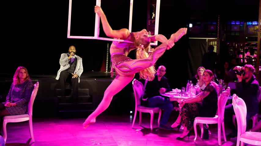 Mit Akrobatik und Prominenz: Dinner-Show