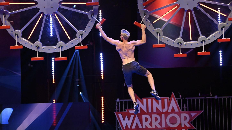 Björn Graul hangelt sich mit Kraft und Geschick durch ein Hindernis im Halbfinale der sportlichen TV-Show Ninja Warrior. Der 21-Jährige Student aus Kemnath hat seine akrobatischen Fähigkeiten dem Training mit Frank Schmidpeter zu verdanken.