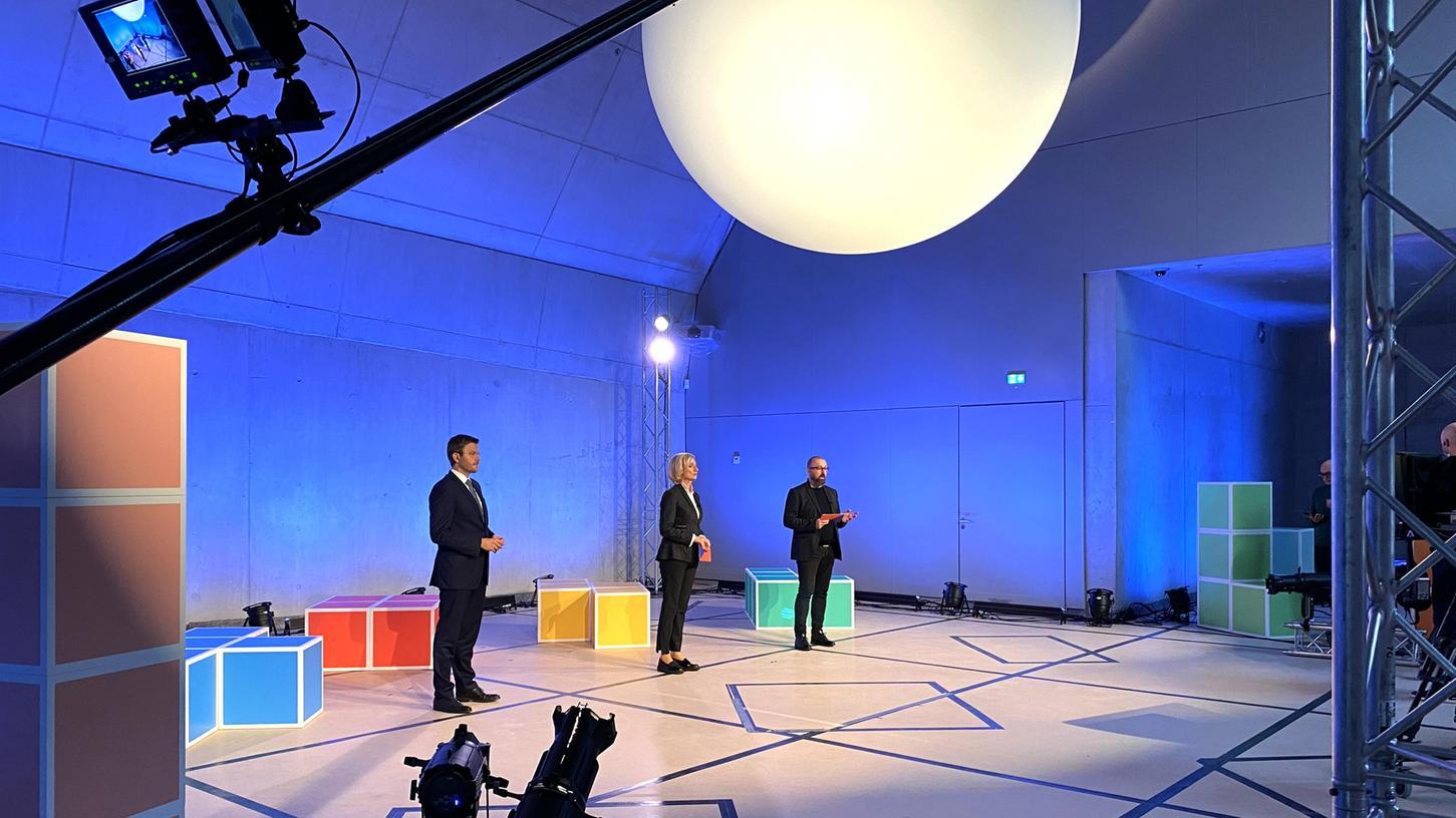 Das (noch weitgehend leere) neue Zukunftsmuseum in Nürnberg war Sendestudio für den digitalen Jury-Besuch. Dort kämpften unter anderem OB Marcus König, Kulturbürgermeisterin Julia Lehner und Bewerbungsleiter Hans-Joachim Wagner (v. li.) um die Gunst der Jury.