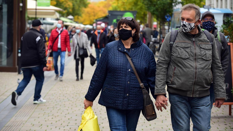 Inzwischen ist die Maske auch beim bloßen Bummel über den Fürther Wochenmarkt Pflicht.